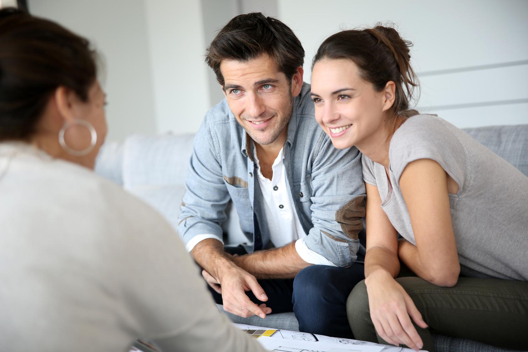 Ein Elternpaar ist glücklich neue Intrumente zur wertschätzenden Kommunikation mit Kindern vom Coach zu bekommen.