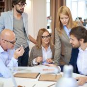 Mitarbeiter erarbeiten Aufgaben im Team