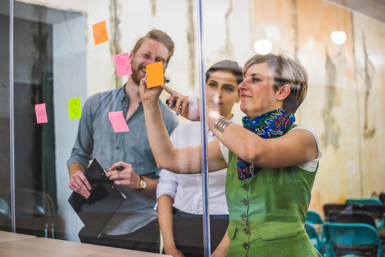In einem Coaching sammeln Coach und Coachee sammeln Begriffe zu einem konkreten Thema mit bunten ostits